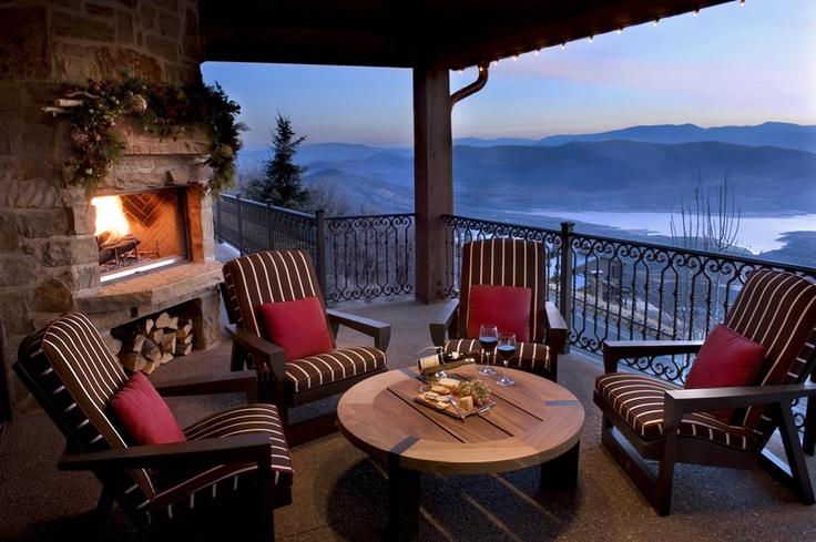 Mi piacerebbe tanto avere un caminetto esterno per riscaldarmi nelle serate invernale o autunnali quando sono in terrazza. Vorrei delle poltrone comode e comprerei dei cuscini soffici e colorati.