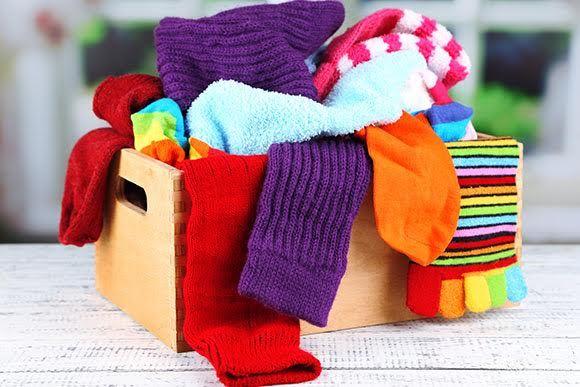 Projeto distribui cobertores feitos com meias usadas para pessoas carentes