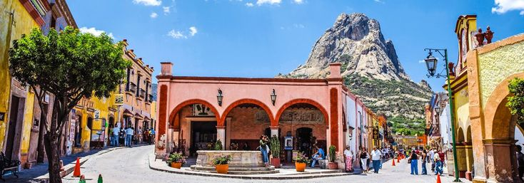 Bernal. Custodiado por una colosal peña, este Pueblo Mágico de Querétaro es un verdadero refugio de tranquilidad, ideal para recargarse de energía.