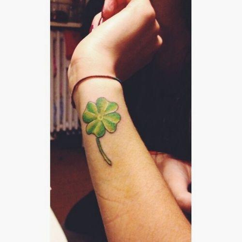 """fedinapissina_93  #casttattoo  In redazione stanno arrivando tantissime foto di tatuaggi con storie bellissime.  Grazie a tutti e continuate così!  Ecco il tatuaggio di """"fedinapissina_93"""".  """" Quadrifoglio verde. Ho fatto questo tatuaggio in memoria di una mia compagna di classe di 20 anni, morta questo autunno. Lei lo avrebbe voluto sulla sua pelle così l'ho tatuato sulla mia, per lei. :) """"  http://tattoo.codcast.it/"""