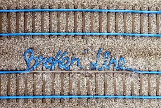 artur-bordalo-railroad-street-art- http://restreet.altervista.org/artur-bordalo-usa-i-binari-della-ferrovia-come-tela/