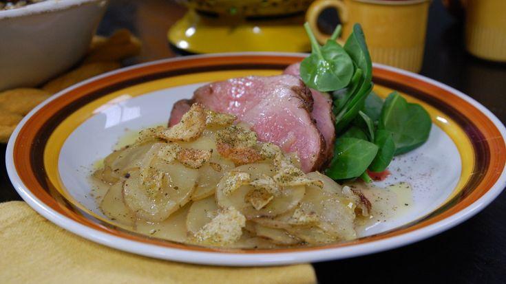 Bagarens potatis är lite som sjömansbiff utan biff. Det fina med den här potatisrätten är att den passar till allting och är en självklar utmanare till vardagsmiddagens potatismos. Helt enkelt ett nytt sätt att använda vår mest populära knöl.
