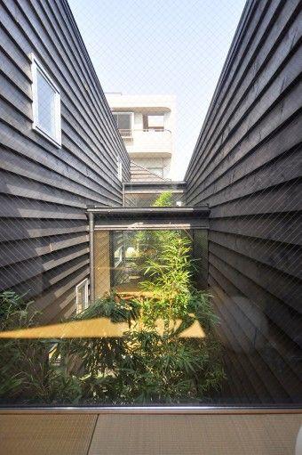畳の間から敷地の奥方向を見る、竹の奥に見えるのは食事の間。
