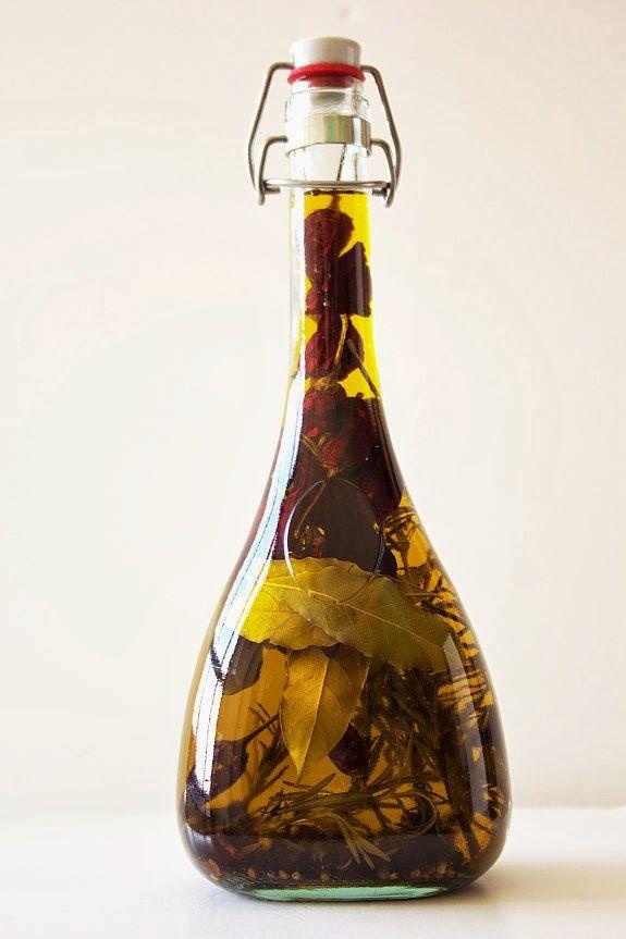 Azeites temperados são uma alternativa para quem curte presentes gourmet. Compre azeites de boa qualidade, bonitas garrafas e tempere com ervas e pimentas.