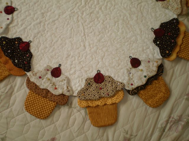detalhe da toalha de cupcakes.....(a sugar free garland! won't go on your hips but they would look great on a wall!)....