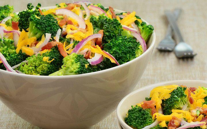 Karnabahargillerden olan brokoli, kısa sürede lezzetli salatalar hazırlamaya çok uygun. Brokoli salatası tarifi aynı zamanda hafif, diyet ve besleyici.