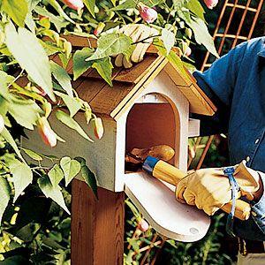 Joli idée pour cacher les petits outils du jardin, qu'ils soient protégés des intempéries et restent sous la main.