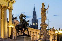 Parlamento de Viena, con una estatua de Palas Atenea y la torre del ayuntamiento