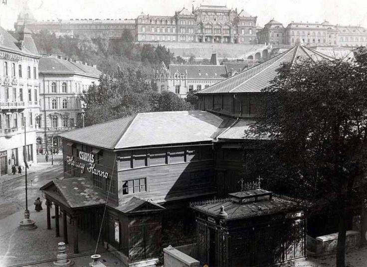 1936. Az Alagút utca és Krisztina körút kereszteződés. AHorváth-kert és benne a Budai Színkör.1843-ban Nötzl Fülöp társult Huber Ignáccal, és egy faépületet építettek a színház számára a Horváth Kertben.1870-ig németül játszottak, nevük Ofner Tagstheater in der Christinenstadt volt.1861-től már magyar nyelvű előadásokkal is kísérleteztek a színkörben. 1925-ben a színházat felújították.A színház 1870–1915 között Fővárosi Nyári Színkör, 1915–1937 között Budai Színkör néven működött. Az…