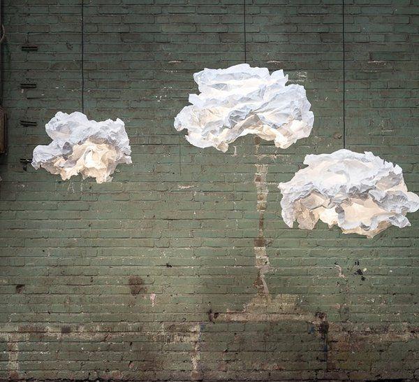 Très poétique, un nuage lumineux qui peut être froissé à l'infini et garder sa nouvelle forme grâce au matériau biodégradable qui le compose, façon papier. Design Margje Teeuwen et Erwin Zwiers. Diamètre 60 cm 299 €. Suspension Cloud-nuage. Proplamp chez Nedgis.
