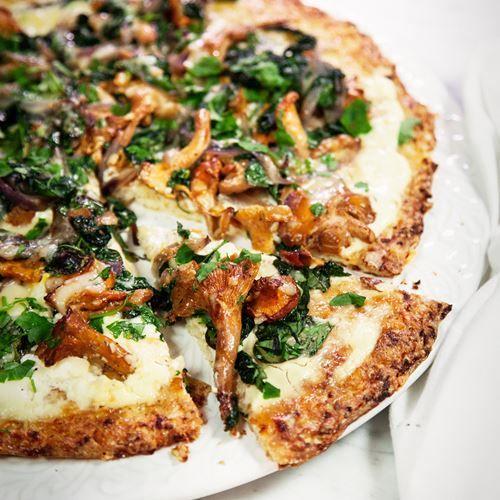 Blomkålspizza med västerbottensost och smörstekta kantareller
