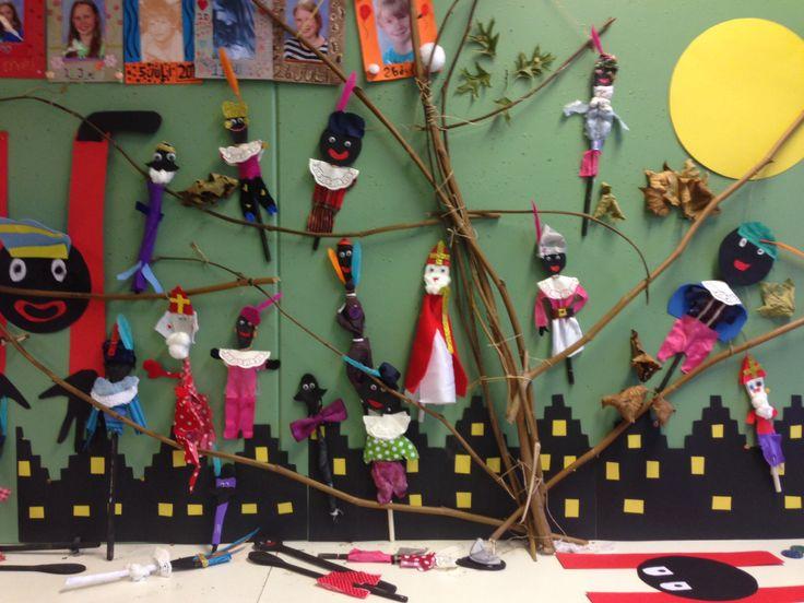 Sinterklazen en zwarte Pieten, gemaakt van pollepels, aangekleed met stof (gelijmd) gemaakt door groep 8.