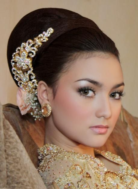 Soft & glowing Indonesian bridal look.
