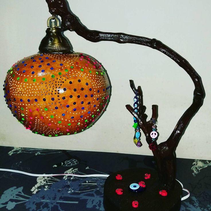 #sukabağı #sanat #lamps #lamp #lamba #doğa #doğal #otantik #aydınlatma #avize #tarz #stil #stüdyo #masalambası #hediye #özel #hayal #ışık #renk #boncuk #boya #sanatetkinligi #sanatevi #atölye #şeker #türkiye http://turkrazzi.com/ipost/1518800080056297168/?code=BUT3KA4lybQ