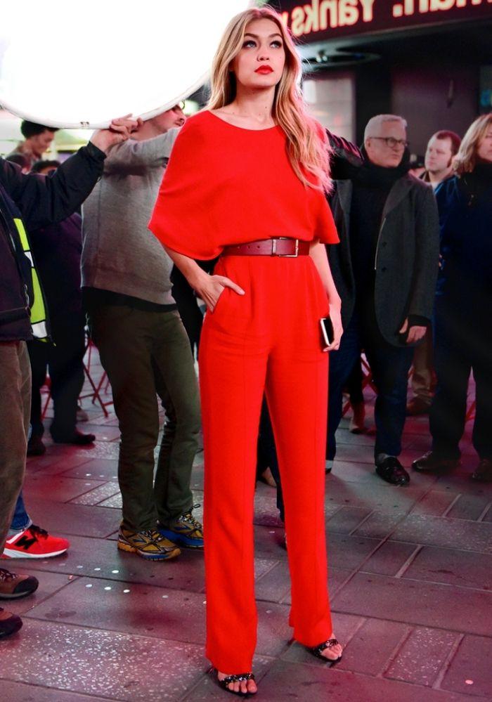 ae80e097ccc95 combinaison pantalon femme mariage, Gigi Hadid en combinaison rouge avec  ceinture en cuir bordeaux et sandales noires
