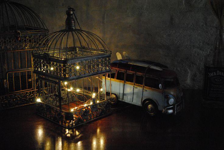As luzinhas deram o clima charmoso para esse aparador em mini wedding vintage romântico