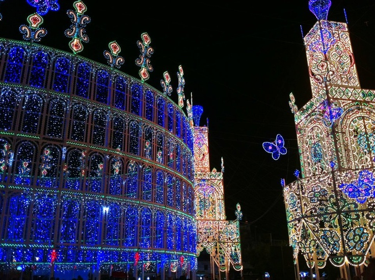 La festa di Santa Domenica a Scorrano, dove l'arte e la tradizione delle luminarie tocca il suo apice.