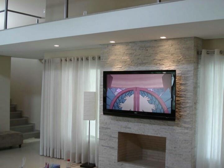 Tv, lareira e parede pedra