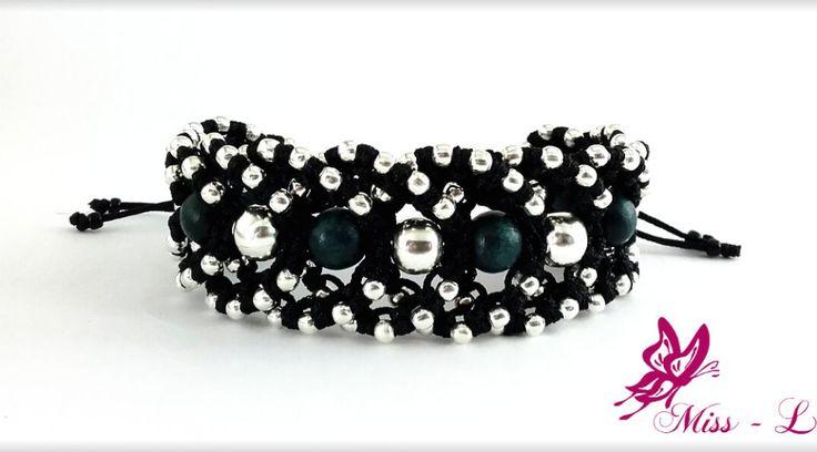 Deze zwarte macramé armband met zilveren en grijsgroene kralen is heel elegant maar ook heel stoer !