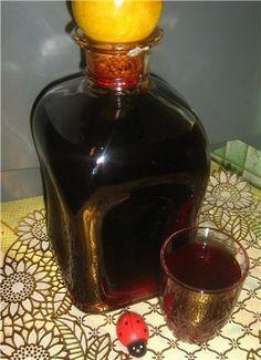 """Наливка """"100 листьев"""": 33 листа вишни; 33 листа черной смородины; 33 одиночных листа малины; 1 стакан ягод черноплодной рябины; 0.5 л водки (или разведенного спирта); 1 стакан сахарного песка; 1 ч. л. лимонной кислоты (или лимонный сок по вкусу)."""