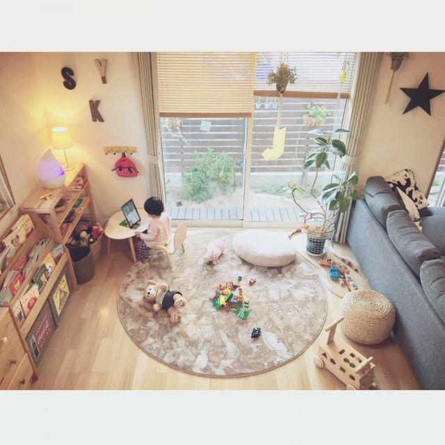 nekomusumeさんの、子どもスペース,キッズスペース (リビング),キッズスペース,絵本棚DIY,ニトリ,子どもと暮らす,ニトリ円形ラグ,おもちゃ収納,ボックス収納,ラグ,卵型テーブル,部屋全体,のお部屋写真