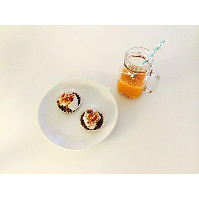 banan och kakaomuffins gjorda med havregryn, mandeldryck, kanel och kardemumma toppade m kvarg blandat m vaniljpulver samt hemgjord granola + brämhults färskpressade apelsin och jordgubbsjuice  recept på förfrågan