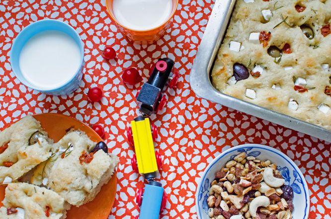 Focaccia med medelhavssmaker | Kung Markatta - kungen av ekologiskt Med lättorkade tomater, oliver, fetaost och rosmarin blir det här brödet ett mättande och smakrikt mellanmål för stora som små!