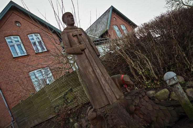 Skulpturen af Antonittermunken og grisen blev pyntet op til jul i Præstø. #praestoe