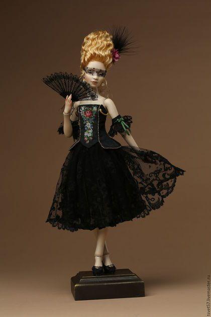 Купить или заказать Шарнирная фарфоровая кукла 'Незнакомка' в интернет-магазине на Ярмарке Мастеров. Шарнирная фарфоровая кукла, 18 шарнирных соединений, роспись надглазурными красками. Серьги натуральный жемчуг, шелковая тафта, органза, антикварные кружева и уникальная микровышивка шелком. Веер из антикварного кружева.Съемный парик c шелковыми цветами ручной работы. Кукла продаётся вместе с подставкой. Очень красивая кукла!