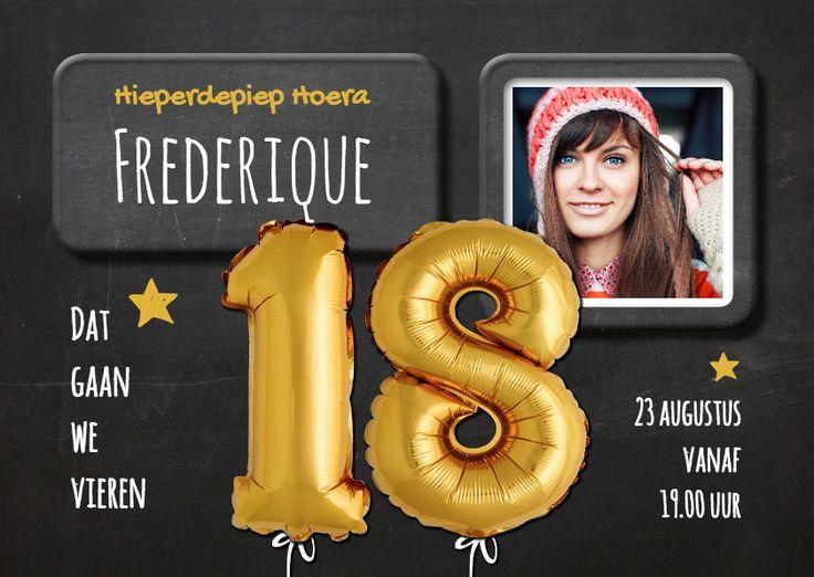 Hippe uitnodiging voor 18e verjaardag. Foto van gouden ballonnen twintig op een krijtbord achtergrond en ruimte voor je eigen foto. Leuk en bijzonder!