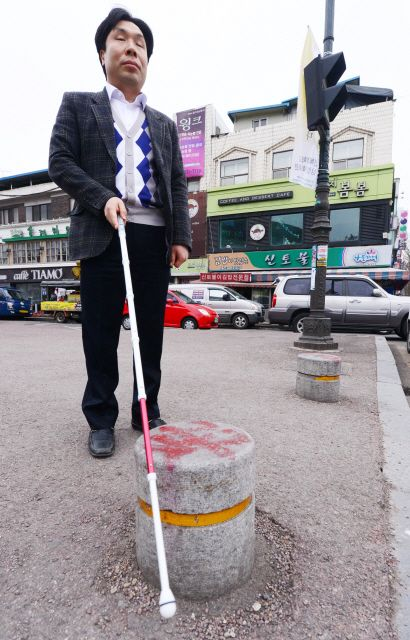 [갈길 먼 장애인 이동권-(중)시각장애인 보행 환경]인도 곳곳에 '볼라드 지뢰밭' - 전북일보