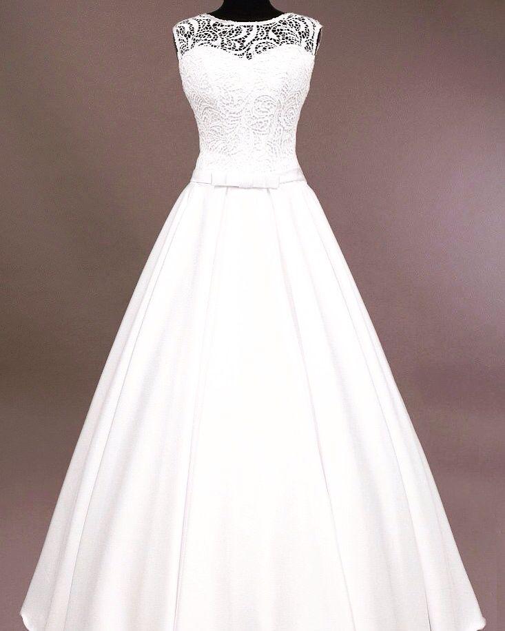 Свадебное платье Диор с атласной юбкой и нежной маечкой из плетёного кружева. На спинке V-образный вырез. Великолепное сочетание лаконичности и роскоши!!!!