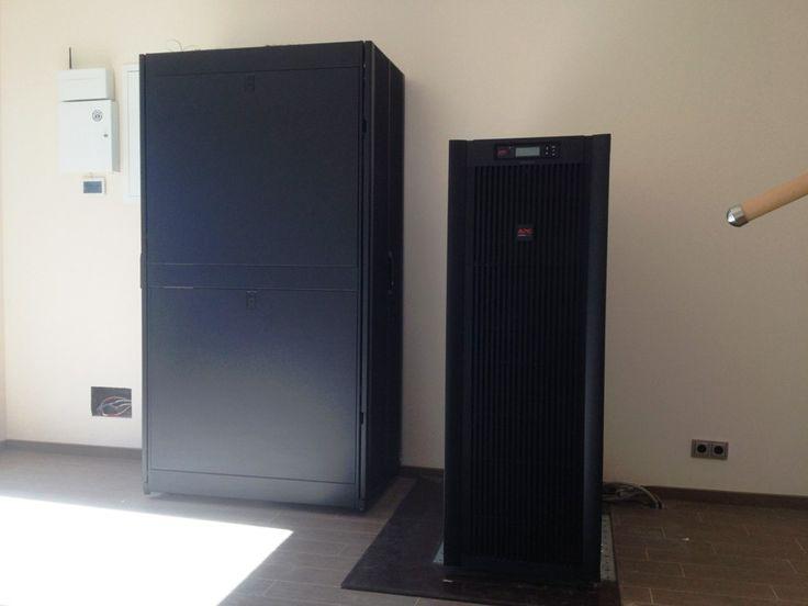 Основной шкаф оборудования дома в гостевом флигеле и ИБП двойного преобразования дома на 40 000 VA.