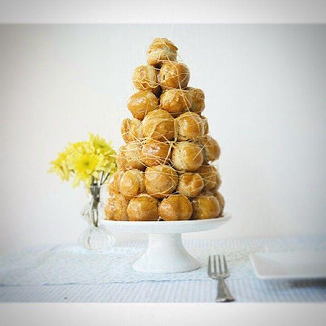Já imaginou essa torre de profiteroles na mesa da sua festa?! ♥  #croquembouche #classico #docedeleite #cremapastelera #caramelo #pateachoux #profiteroles #massabomba #torre #instapic #food #photography #instacakes #novidade #confeitaria #brasilia