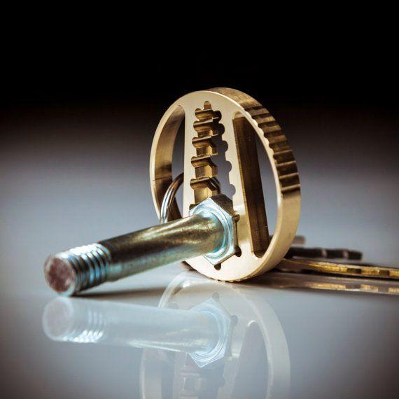 Bitte beachten Sie: dieses Element Versand innerhalb von 1-2 Tagen nach dem Kauf. Diese benutzerdefinierten gestaltete Schlüsselanhänger ist CNC-gefertigt aus massiver Bronze Marine und dann von hand fertig. Die Handwerkskunst, Liebe zum Detail und die Wahl des Materials für dieses Stück ermöglichen das minimalistische Design, maximale Wirkung zu erzielen. Dieser Schlüsselbund Schraubenschlüssel hat 2 Öffnungen für SAE-Schrauben und Muttern und für metrische Schrauben und Muttern…