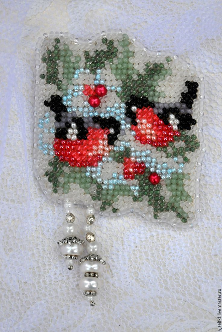 Купить или заказать Брошь 'Зимнее чудо'. в интернет-магазине на Ярмарке Мастеров. Небольшая асимметричная брошь с еловыми заснеженными ветвями, на которых уютно устроились красногрудые птахи, и жемчужным подвесом. Снегири - удивительное зимнее чудо, вызывающее восхищение и улыбку!) Почему берёза нарядилась В белоснежный праздничный наряд? Может быть в кого- нибудь влюбилась, Или это лишь зимы обряд? Заплела серебряные прядки. На ветвях, как отблески зари, Поиграть сюда слетелись в прятки, На…