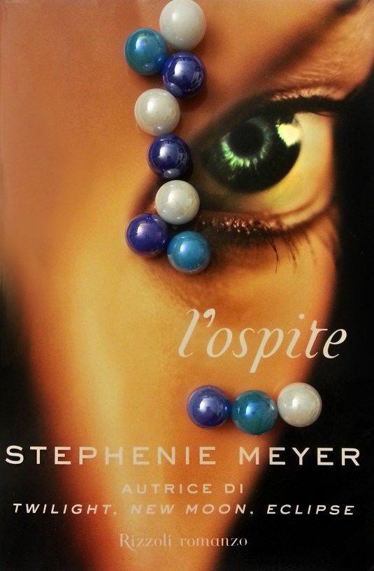 L'ospite è un romanzo young adult di Stephenie Meyer, scrittrice americana conosciuta dalle lettrici di tutto il mondo per l'enorme successo della saga di Twilight. Pubblicato negli Sta…