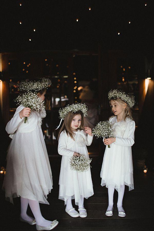 Daminhas com coroas e buquês de gipsofilas (mosquitinhos). As meias brancas e os sapatinhos combinaram perfeitamente com o estilo e são super adequados para crianças nessa idade.
