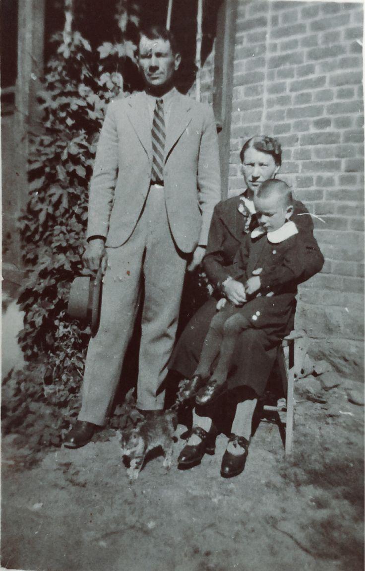 Jan Rajs z żoną Anielą i synem Henrykiem, około roku 1940 lub 1941. Zdjęcie wykonane przez Niemca imieniem Fryc. Zdjęcia użyczył Władysław Rajs.