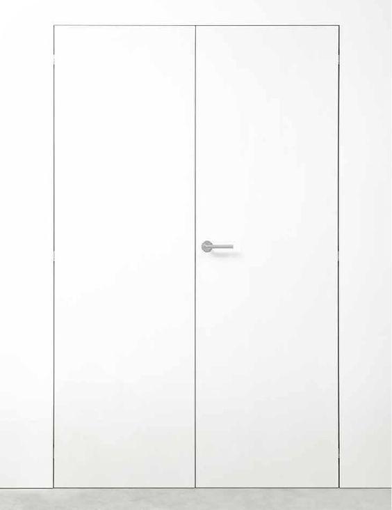Puertas blancas sin marco. La hoja de la puerta y la pared se funden. La puerta queda 100% integrada en la pared. #arcon #xinnix #arcondoors #integrateddoor #framelessdoor #puertasinvisibles #puertainvisible #puertasinmarco