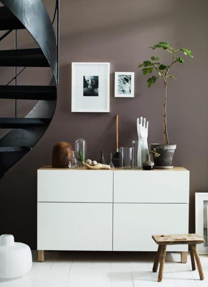 meuble besta ikea, commode en blanc satiné et mur en gris taupe