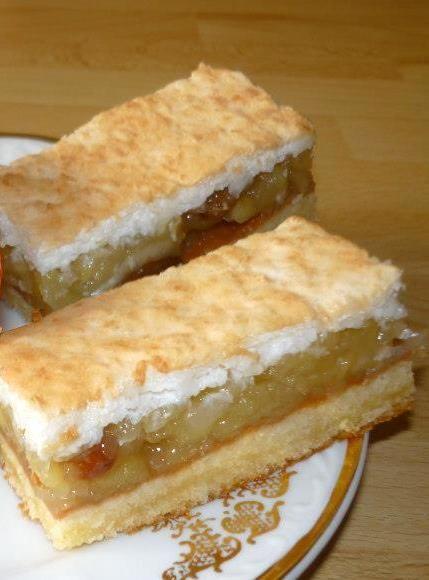 Jablkové dezerty si zamilujte. Každý deň by ste mali pre svoje zdravie zjesť aspoň jedno jablko. Suroviny Cesto: 300 g polohrubá múka , 200 g Palmarín , 200 g práš. cukor , 5 žĺtkov , 1/2 práš. do pečiva , 200 ml mlieka , kôra z jedného citróna , tuk na vymastenie plechu a hrubá múka na vysypanie plechu. Plnka