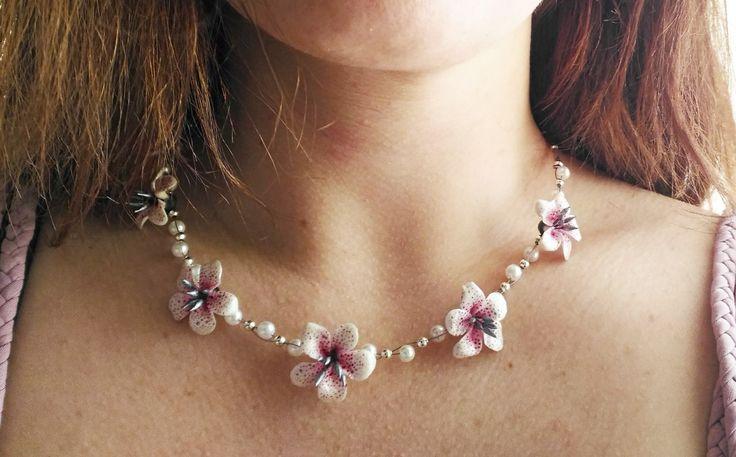 Collana con gigli bianchi in pasta di mais e perle di NiniArtBijoux su Etsy