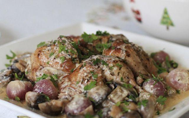 Pollo con vino bianco e funghi Cuocere un secondo piatto seguendo una ricetta semplice ma dia un risultato strepitoso. Quello che fa per voi è il pollo. Il pollo è una carne che adatta meglio a qualsiasi condimento. Ecco una ricet #pollo