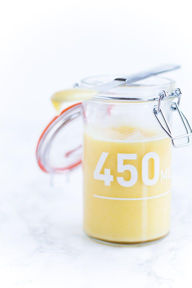 Lemon curd er en tyk og syrlig citroncreme, som du nemt kan lave selv. Brug lemon curd til scones, muffins, tærte eller kage. Få opskriften her.