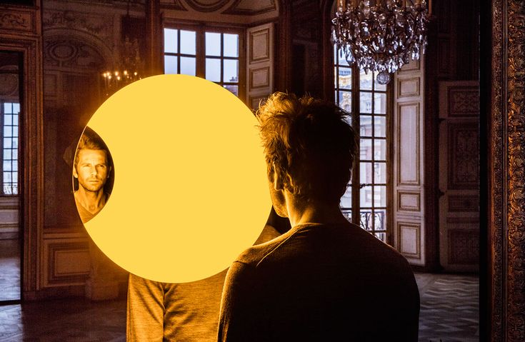 Olafur Eliasson, Deep mirror (yellow), 2016. Mirrors, monofrequency light, aluminium, steel, wood, paint (black, white), control unit. 445 x 180 x 90cm. Palace of Versailles, 2016. Photo by Anders Sune Berg. Courtesy the artist; neugerriemschneider, Berlin; Tanya Bonakdar Gallery, New York © Olafur Eliasson.