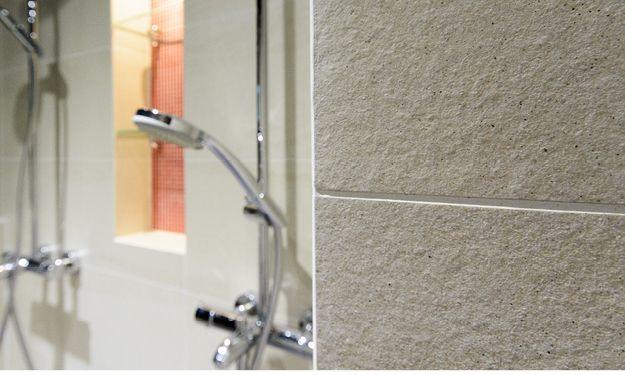 Kylpyhuone, sauna ja kodinhoitohuone, n. 25 m².  Suihkujen väliin rakennettiin shampookotelo, johon on upotettu lasihyllyt. Kaikki ulkokulmat jiirattiin, jotta lopputulos on viimeistelty.