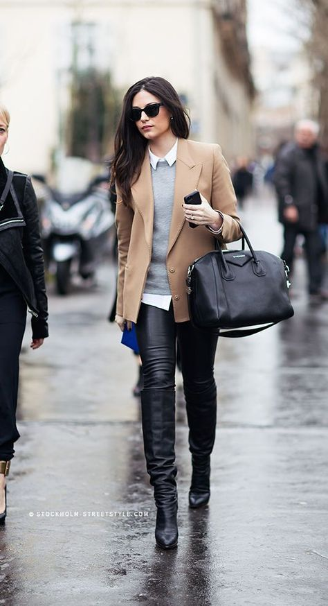 beige Wollsakko, grauer Pullover mit einem Rundhalsausschnitt, weißes Businesshemd, schwarze Leder enge Jeans