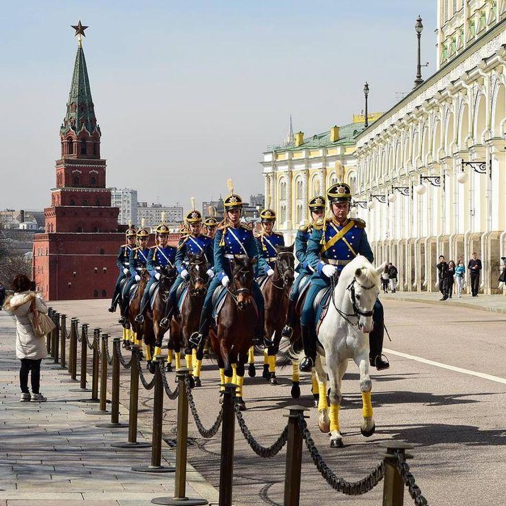 Кавалерийский почетный эскорт Президентского полка. Автор фото: irrvas