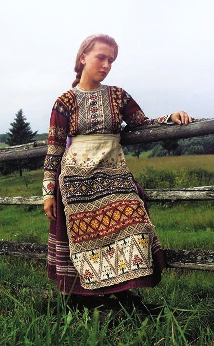 Russian traditional costume of a young girl from Vologda Province, early 20th century. #folk #art